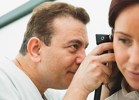 solna-husläkarmottagning-undersökning-öron-läkare